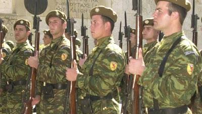 Κατάργηση εθνοσήμου από στολές αξιωματικών, όχι από πηλήκια