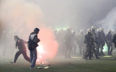 Παναθηναϊκός – Ολυμπιακός: Χαροπαλεύει αστυνομικός – Του έριξαν καπνογόνο στο κεφάλι