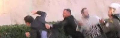 Άγρια επίθεση στον Κουμουτσάκο στο Σύνταγμα – Τον χτύπησαν με μπουνιές και του έσκισαν τα ρούχα