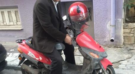 O βουλευτής με το μηχανάκι