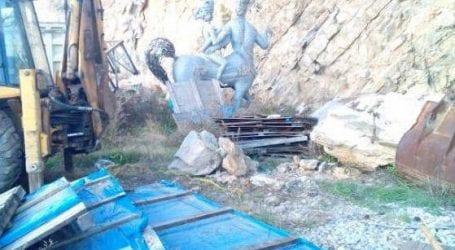 Απολίτιστοι! Άγαλμα τεράστιας αξίας σαπίζει σε χωματερή! (φωτό)