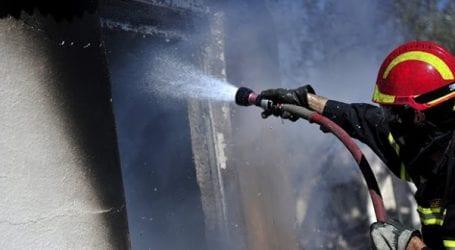 Φωτιά σε σκεπή και σε κάδους – Ένας εγκλωβισμένος