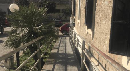 Έκλεισε την πρόσβαση στην ράμπα ΑΜΕΑ έξω από την Πολεοδομία! (φωτό)