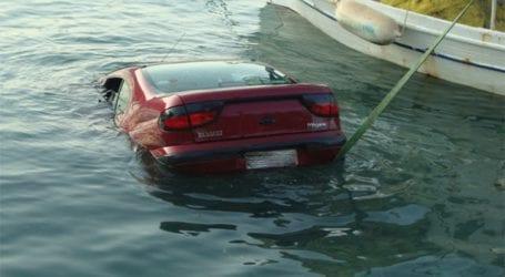 Πτώση αυτοκινήτου στη θάλασσα στην Μηλίνα