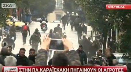 ΤΩΡΑ – Οι αγρότες κυνηγάνε τα ΜΑΤ (βίντεο)