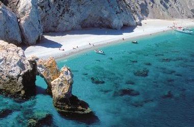 Στις οκτώ πιο όμορφες παραλίες της Ελλάδας τα Λαλάρια