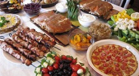 Τραπέζι ελληνικών προϊόντων σήμερα στην παραλία