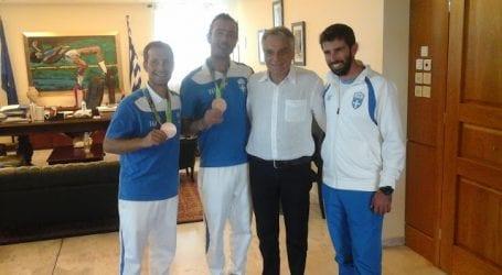 Αγκαλιά με τον Κώστα Πουλάκη οι χάλκινοι Ολυμπιονίκες μας