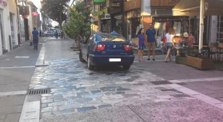Μπάχαλο ο Βόλος από παράνομα ΙΧ – Απούσα η Τροχαία και η Δημοτική Αστυνομία (φωτό)