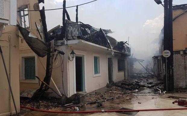 Κόλαση φωτιάς στο ιστορικό κέντρο της Λευκάδας