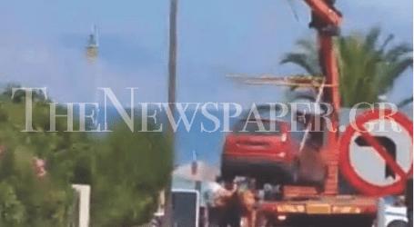 Γερανός σήκωσε παράνομα σταθμευμένο αυτοκίνητο στις Αλυκές
