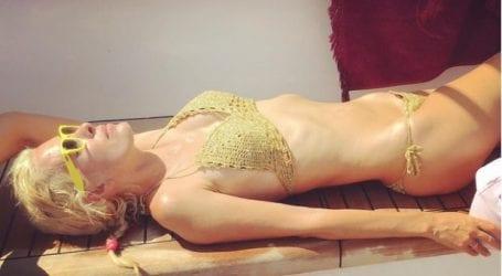 Με χρυσό πλεκτό μπικίνι και άβαφη η Μενεγάκη στο Instagram