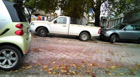 Αθλιότητα! Αυτοκίνητο του Δήμου Βόλου κλέινει ράμπα αναπήρων