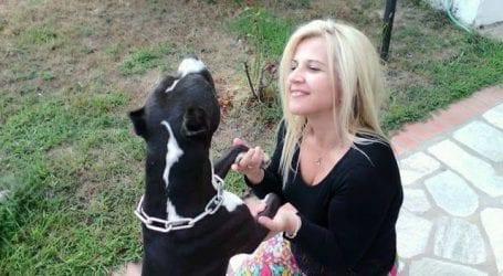 Η Δωροθέα Κολυνδρίνη χαλαρώνει αγκαλιά με τον σκύλο της (φωτό)