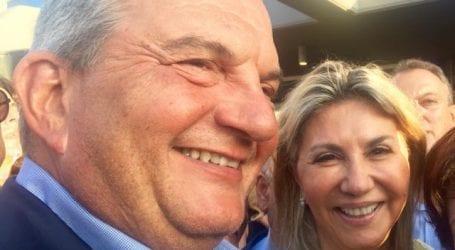 Στα εγκαίνεια των νέων γραφείων της ΝΔ η Ζέττα Μακρή μαζί με τον Κ. Καραμανλή