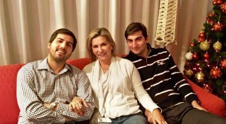 Η Ζέττα ανάμεσα στους δυο της γιους