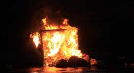 Έβαλαν φωτιά σε κάδους στο κέντρο του Βόλου – Ζημιές σε μονάδα υγείας