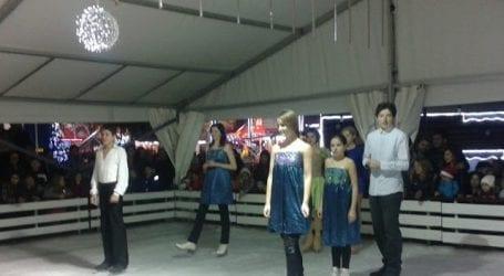 Χριστουγεννιάτικη παράσταση στο πάγο στην πλατεία Ρήγα Φεραίου