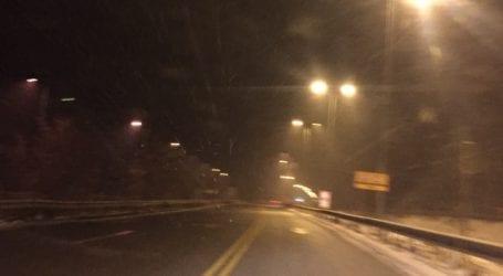 ΤΩΡΑ – Έντονη χιονόπτωση στο Βελεστίνο
