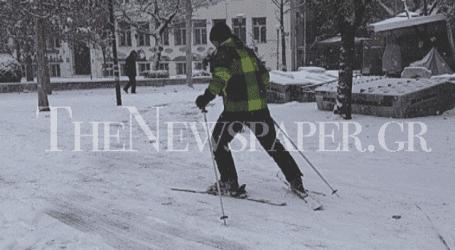 Βγήκε για σκι στην κεντρική πλατεία της Λάρισας