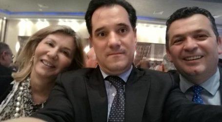Οι selfies του Άδωνι στην κοπή πίτας της ΝΟΔΕ Μαγνησίας