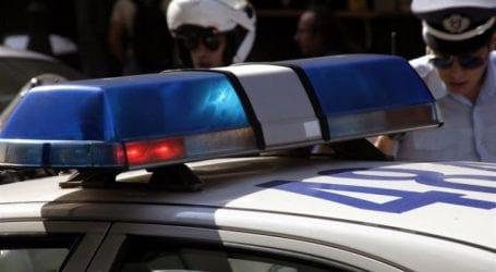 66χρονη στον Μάραθο απείλησε και προσπάθησε να τραυματίσει αστυνομικούς με δικέλι