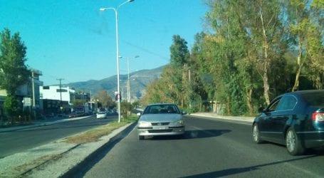 Χάος στην Αθηνών! Ηλικιωμένη βγήκε ανάποδα στον δρόμο με το αυτοκίνητό της! (εικόνα)