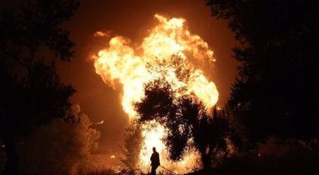 Ανεξέλεγκτη η πυρκαγιά στον Κάλαμο: Δραματική έκκληση για εκκένωση της περιοχής