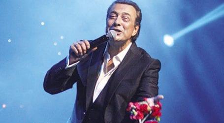 Ποια διάσημοι τραγουδιστές συνόδευσαν τον Α. Μπέο στο Δικαστήριο