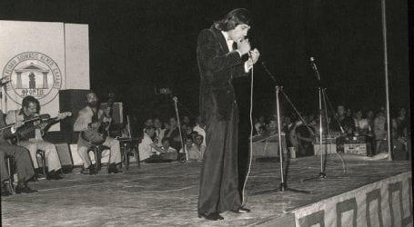 Ντοκουμέντο: ο Νταλάρας τραγουδάει στη γιορτή της 21ης Απριλίου στο Βόλο -μαζί ο Πάριος και ο Δάκης! (εικόνες)