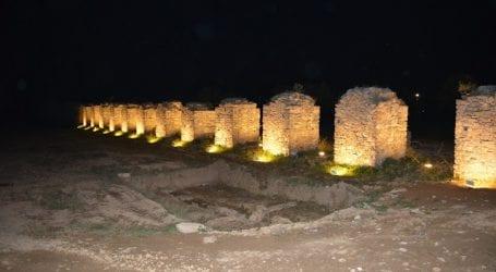Φωταγωγήθηκαν οι πεσσοί στην λεωφόρο Αθηνών (εικόνα)