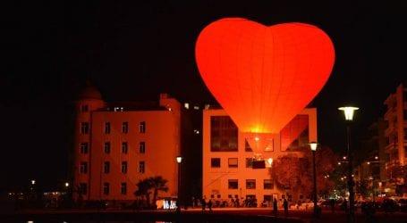 Δείτε το αερόστατο – καρδιά στον ουρανό του Βόλου για τις εκδηλώσεις της Πέμπτης (εικόνες)