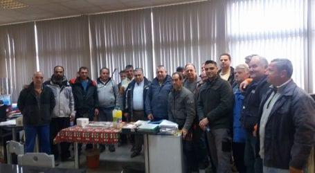 Έκοψαν την πίτα τους οι εργαζόμενοι στις Συντηρήσεις του Δήμου Βόλου (εικόνα)