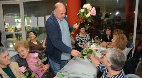 Μοίρασε τριαντάφυλλα σε ηλικιωμένες γυναίκες ο Αχιλλέας Μπέος