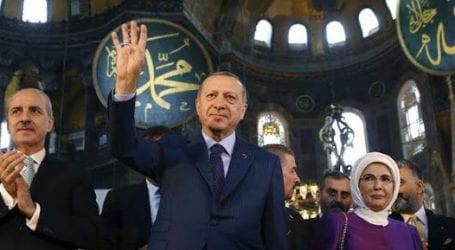 Ο Ερντογάν χαιρέτησε σχηματίζοντας τη ραμπιά, μέσα στην Αγιά Σοφιά [εικόνες]