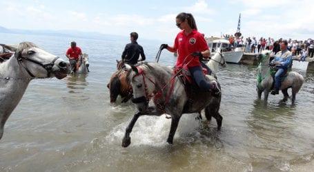 Αγιάστηκαν τα άλογα μέσα στη θάλασσα των Καλών Νερών
