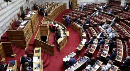 «Συνεργάτες ναζιστών» «Εσχάτη προδοσία» -Βαριές εκφράσεις στη Βουλή για το Σκοπιανό