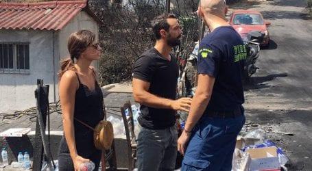 Σάκης Τανιμανίδης και Χριστίνα Μπόμπα στους πληγέντες από τη φωτιά