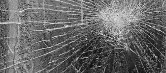 Μεθυσμένος οδηγός έπεσε σε τζαμαρία ζαχαροπλαστείου