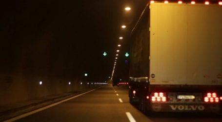 Ανατροπή φορτηγού στο Δερβένι, εγκλωβίστηκε στο όχημα ο οδηγός