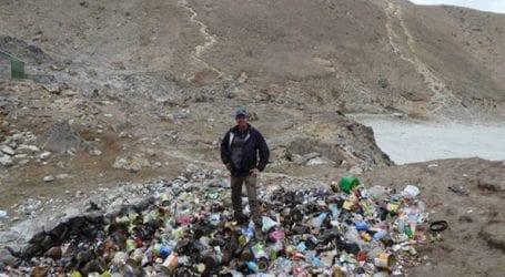 Οι τουρίστες γεμίζουν το Έβερεστ σκουπίδια