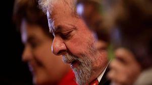 Αυξάνονται τα ποσοστά του φυλακισμένου Λούλα