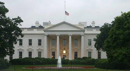 Μεσίστια η αμερικανική σημαία στον Λευκό Οίκο προς τιμήν του Μακέιν
