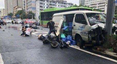 Βαν έπεσε πάνω σε πεζούς έξω από νοσοκομείο στην Κίνα