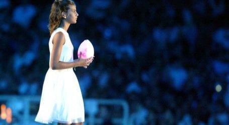 Το κορίτσι που έσβησε την Ολυμπιακή Φλόγα μεγάλωσε και ποζάρει στο πλευρό του Άκη Πετρετζίκη
