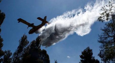 Με εναέρια μέσα συνεχίζεται η επιχείρηση κατάσβεσης της πυρκαγιάς στην Ηλεία