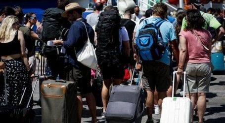 Εγκαταλείπουν κατά χιλιάδες την Αθήνα οι εκδρομείς του Δεκαπενταύγουστου
