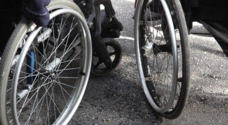 Οδηγός ταξί διέσωσε γυναίκα με αναπηρία που είχε πέσει στη θάλασσα