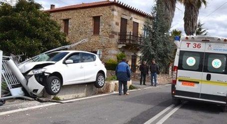 Τρελή πορεία για αυτοκίνητο σε χωριό έξω από τη Λάρισα – Κατέληξε σε… αυλή σπιτιού!