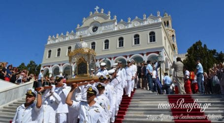 Τήνος: Χιλιάδες πιστοί ύψωσαν χέρια ικεσίας προς τη Μεγαλόχαρη [εικόνες]